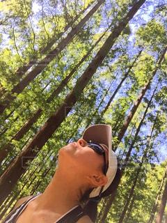 森の中、selfie を取る女性の写真・画像素材[1377837]
