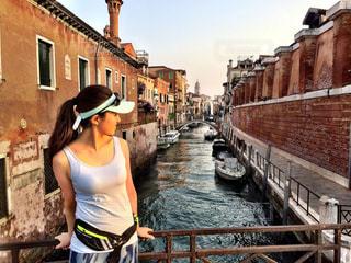 建物の前に立っている女性の写真・画像素材[2109727]