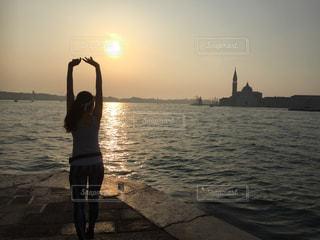 水域の隣に立っている人の写真・画像素材[2109735]