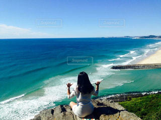 海の横にある岩のビーチの人々 のグループの写真・画像素材[741586]