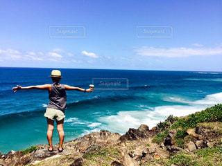 水の体の横に立っている人の写真・画像素材[743226]