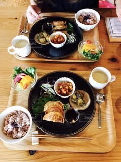 木製テーブルの上に座って食品のプレートの写真・画像素材[743915]