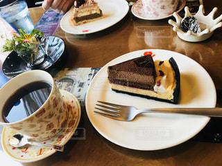 コーヒー カップの横にある皿の上のケーキの一部 - No.800003