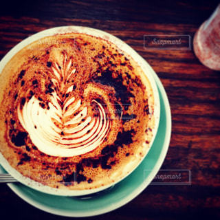 テーブルの上のコーヒー カップとプレートの写真・画像素材[947736]