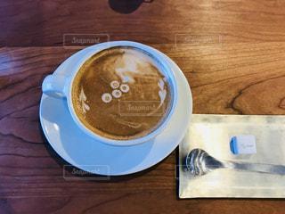 木製テーブルの上のコーヒー カップ - No.947792