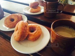 一杯のコーヒーとドーナツ プレートの写真・画像素材[947880]