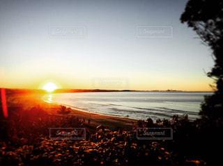 日没の前にビーチの人々 のグループ - No.963082
