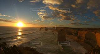 ビーチに沈む夕日 - No.963089