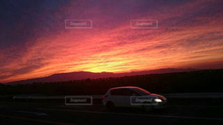 日没の前に停まっている車の写真・画像素材[963091]