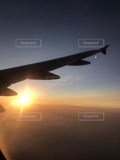 空を飛んでいる飛行機 - No.963093