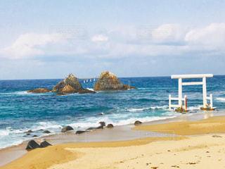 海の横にある砂浜のビーチで人々 のグループの写真・画像素材[1019161]