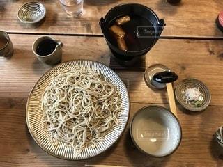 木製のテーブル、板の上に食べ物のプレートをトッピング - No.1076967