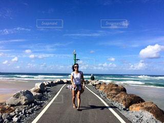 海の横にある砂浜の上を歩く人々 のグループ - No.1119020
