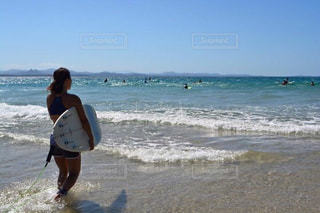 海の横にあるビーチの上を歩く男の写真・画像素材[1119027]