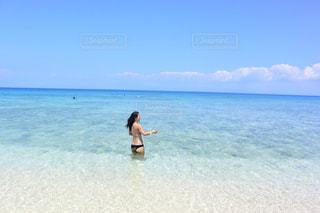 水の体の横に立っている人 - No.1120360