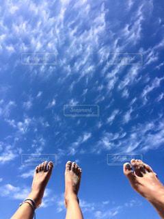 青い空の女性の写真・画像素材[1121164]