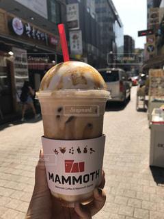 歩道の上に座ってコーヒー カップ - No.1202355