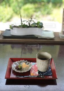 木製のテーブルの上に座ってコーヒー カップの写真・画像素材[1452063]