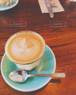 木製のテーブルの上に座っているコーヒーを一杯の写真・画像素材[4609138]