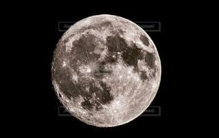 月の半分の黒と白の写真の写真・画像素材[1198154]