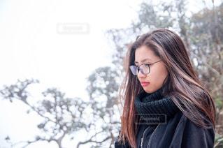 携帯電話で話しているサングラスを身に着けている女性の写真・画像素材[1267113]