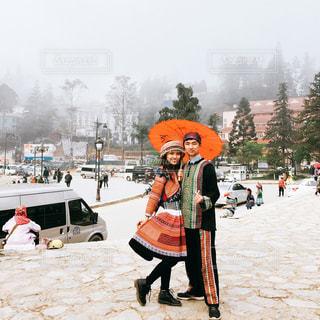 雪の中歩く人々 のグループの写真・画像素材[1589225]