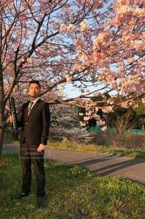 木の隣に立っている男の写真・画像素材[4219722]