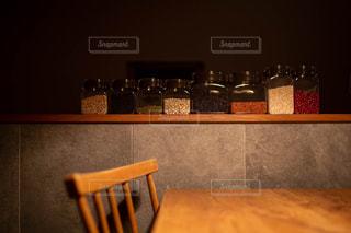 キッチンカウンター上の雑穀類の写真・画像素材[2865805]