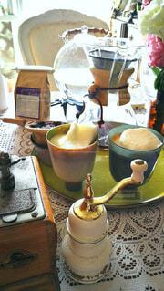 カップル,屋内,ペア,テーブル,リラックス,食器,カップ,カプチーノ,泡,おいしい,ドリンク,お洒落,お家カフェ,おうち,ライフスタイル,おもてなし,コーヒーミル,コーヒーセット,お泊り,コーヒー カップ,ソフトド リンク,おうち時間,受け皿,初めての朝