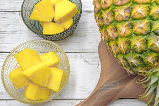 木製テーブルの上に座っている黄色のバナナの写真・画像素材[1823112]
