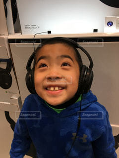 小さな子供がカメラで笑っての写真・画像素材[816613]