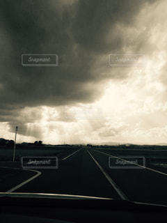 白い雲と黒い印の写真・画像素材[818245]