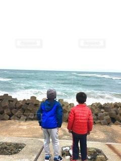 海を眺める兄弟の写真・画像素材[823975]