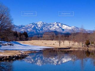 雪の山と水体の写真・画像素材[1044639]