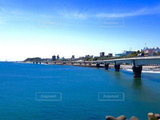 水の体の上の橋の写真・画像素材[1249740]