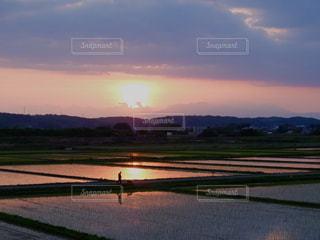 水の体に沈む夕日の写真・画像素材[1269290]