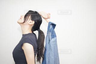 黒のニットを着ている女性の写真・画像素材[706939]