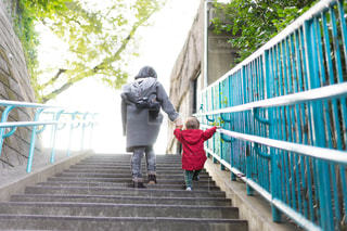 階段を一生懸命のぼる男の子の写真・画像素材[1184550]