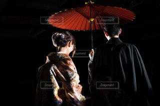 赤い傘を持って男は、の写真・画像素材[1227941]
