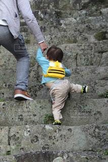 石段をのぼる子どもの写真・画像素材[1240572]