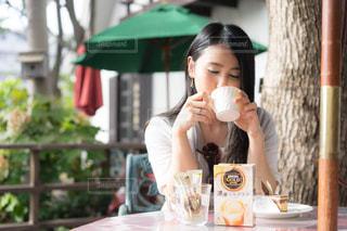 食事のテーブルに座っている女性の写真・画像素材[1292734]