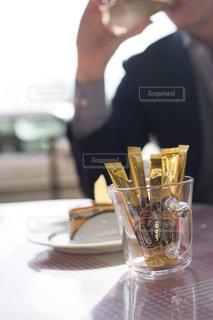 ケーキでテーブルに座っている人の写真・画像素材[1292787]