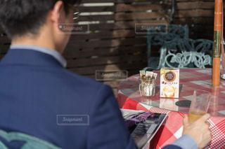 テーブルに座っている男の人の写真・画像素材[1292789]