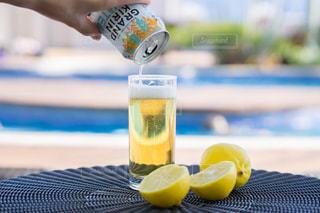 テーブルの上の水のボトルの写真・画像素材[1324958]