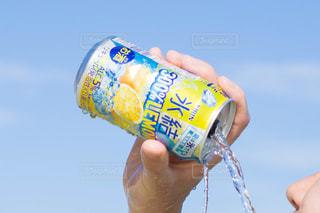 ソーダの缶を握る手の写真・画像素材[1325526]