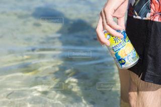 水のボトルを持っている手の写真・画像素材[1325527]