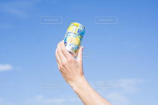 水のボトルを持っている手の写真・画像素材[1325528]
