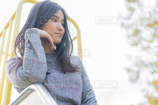 携帯電話を保持している女性の写真・画像素材[1603465]