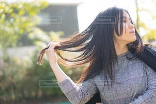 髪をなびかせるの写真・画像素材[1603475]