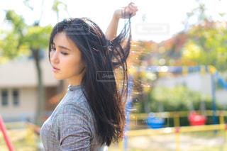 下向きで髪をなびかせるの写真・画像素材[1603476]